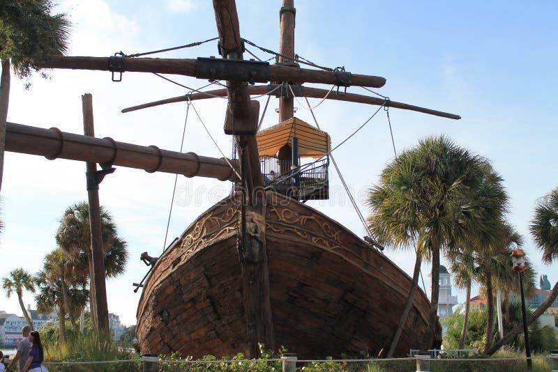 De piraten van het Caraïbische schip buigen frontale mening stock foto