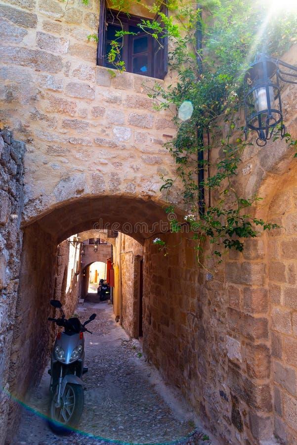 De pittoreska gatorna av Rhodes den medeltida gamla staden, Rhodes, Grekland Mycket smal gata i stad av Rhodes, Dodecanese arkivfoto