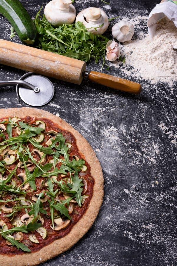 De pizza met arugulapaddestoelen op rustieke achtergrond, kopieert ruimte, hoogste mening stock foto's