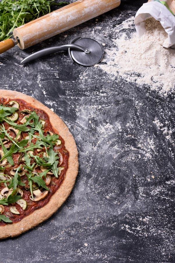 De pizza met paddestoelen en ingrediënten op rustieke achtergrond, kopieert ruimte, hoogste mening royalty-vrije stock fotografie