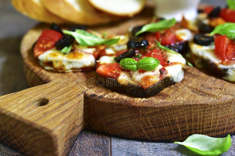 De pizza op een aubergine snijdt stock foto