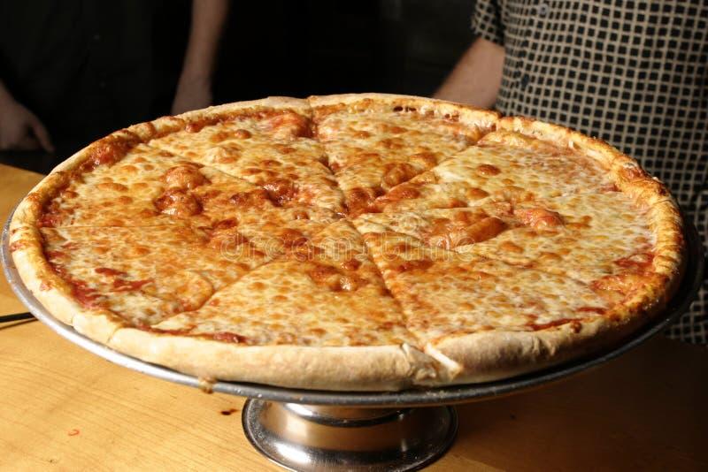 De Pizza van de kaas op Schotel dichter royalty-vrije stock afbeeldingen