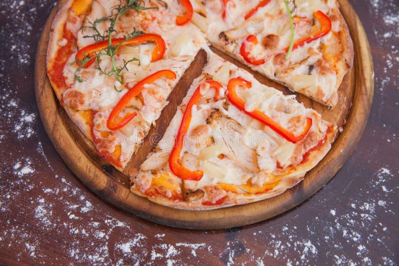 De Pizza van de kippenananas op Houten Achtergrond royalty-vrije stock afbeeldingen