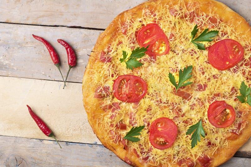 De pizza van Margarita met kaas en tomaten op houten lijst, hoogste mening en plaats voor tekst royalty-vrije stock fotografie