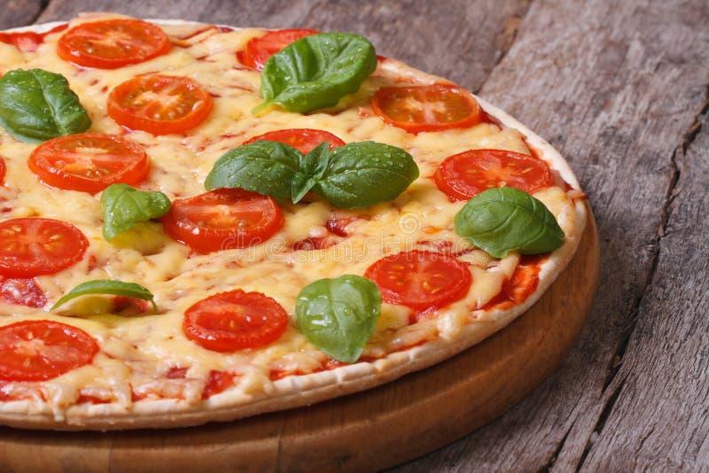 De pizza van Margarita met tomaten, kaas en basilicum stock foto