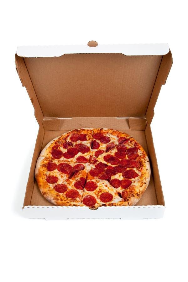 De pizza van pepperonis in een doos op wit stock afbeelding