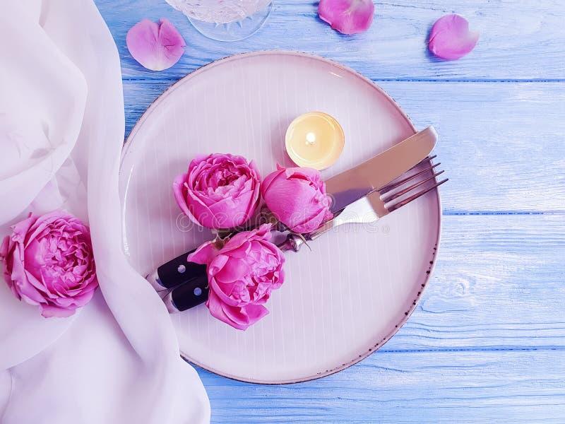 De plaat, bloem nam, romantische dienende retro huwelijk het plaatsen kaars op houten decoratie als achtergrond toe stock fotografie