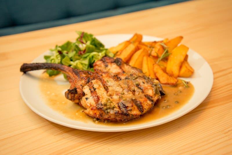 De plaat van schaaplapje vlees of de karbonades met aardappel en saus versieren royalty-vrije stock foto's