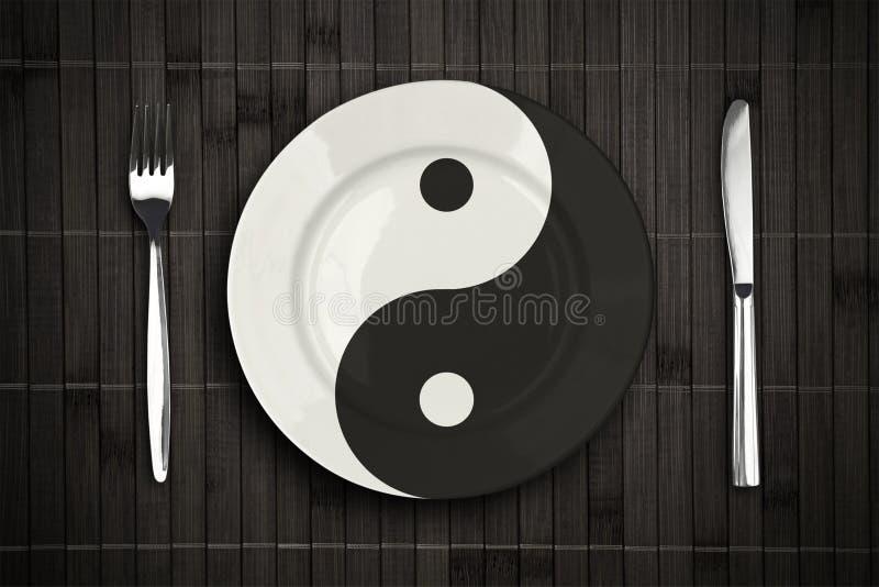 De plaat van Yin yan over bamboe placemat concept stock foto