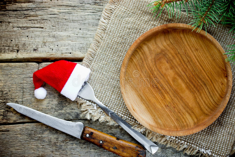 De plaats die van de Kerstmislijst leeg houten plaatbestek op hout plaatsen royalty-vrije stock foto