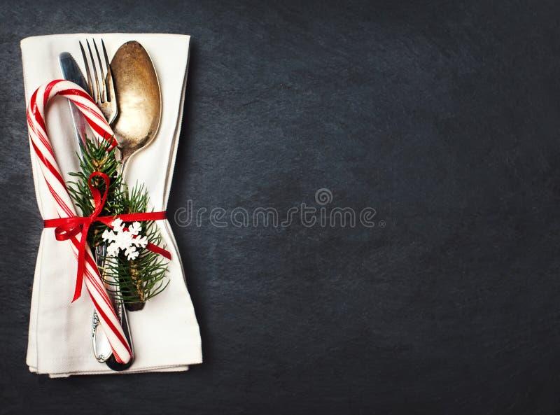 De plaats die van de Kerstmislijst met de takken van de Kerstmisboom, spoo plaatsen stock afbeeldingen