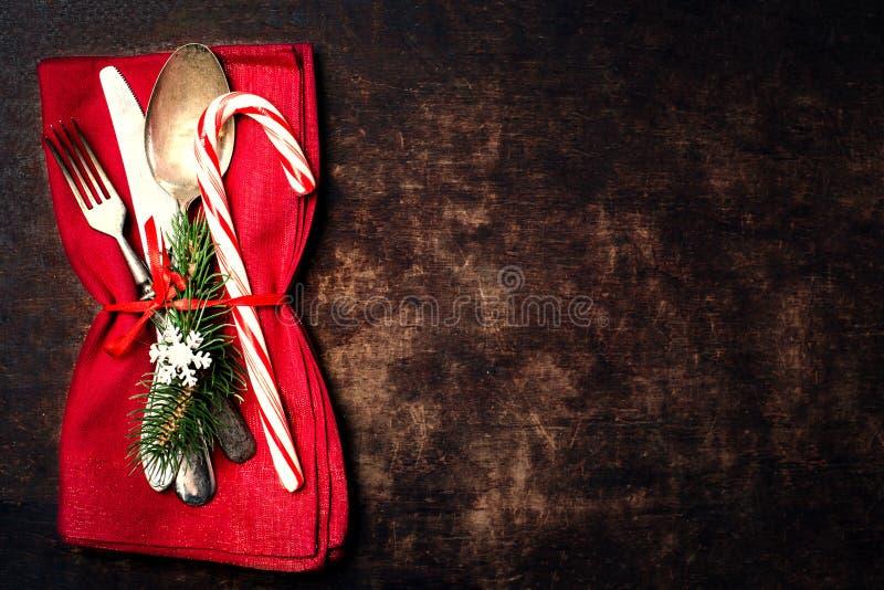 De plaats die van de Kerstmislijst met Kerstmisornamenten plaatsen op houten stock foto