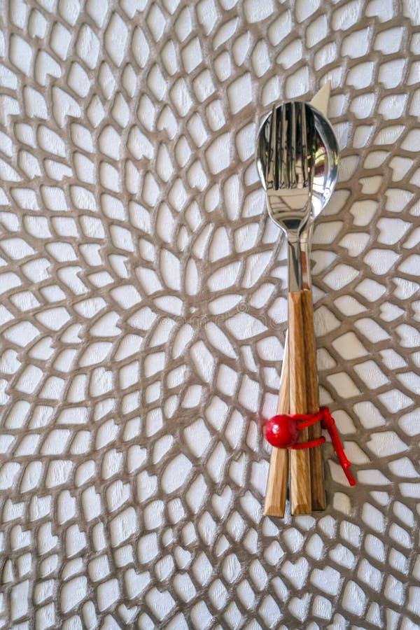 De Plaats die van de Kerstmislijst met van de het lintdecoratie van de Tafelzilver rood bes modern de stijl zilveren servet plaat royalty-vrije stock afbeeldingen