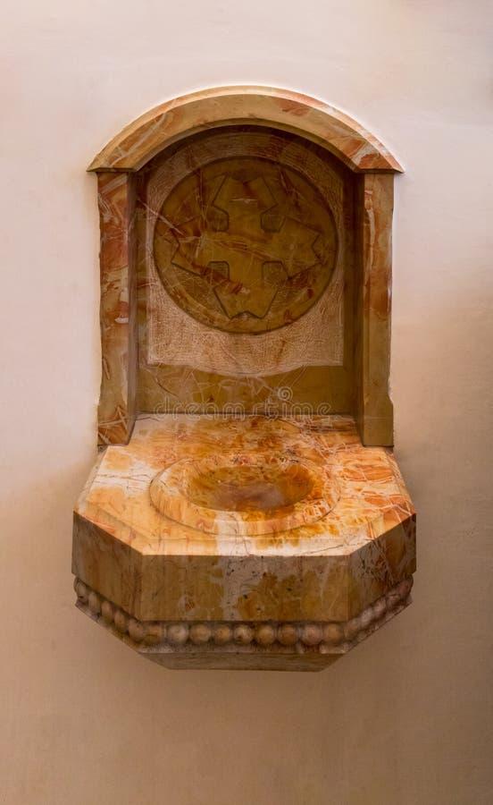 De plaats om uw te wassen dient Kerk van Heilige Peter in Gallicantu in Jeruzalem, Israël in stock afbeelding