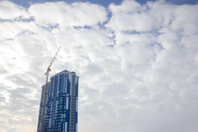 De plaats van de kraan en van de bouwconstructie tegen blauwe hemel royalty-vrije stock foto's