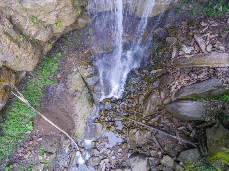 De plaats van het vallen van een waterval onder de rotsen royalty-vrije stock foto