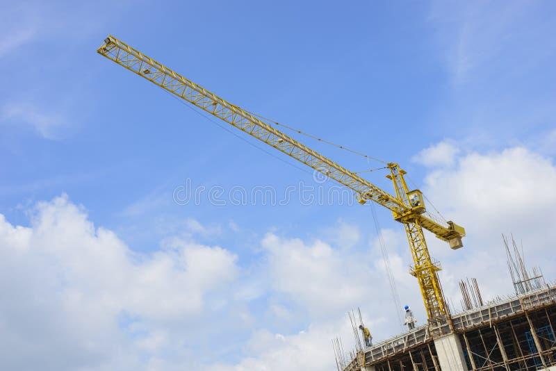 De plaats van de kraan en van de bouwconstructie tegen blauwe hemel royalty-vrije stock fotografie