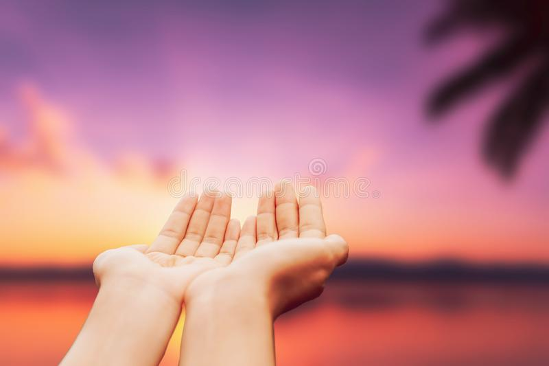 De plaats van vrouwenhanden samen als het bidden voor de hemel van de het strandzonsondergang van het aardonduidelijke beeld stock afbeeldingen