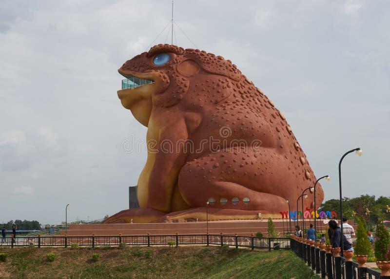 De plaatselijke bevolking en de toeristen bezoeken het nieuwe openbare oriëntatiepunt (Pha Ya Kan Kark of het standbeeld van de P stock afbeelding