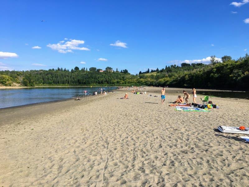 De plaatselijke bewoners die van Edmonton van tijd genieten bij een pas ontwikkeld strand langs de banken van de Rivier Noord- va stock afbeeldingen