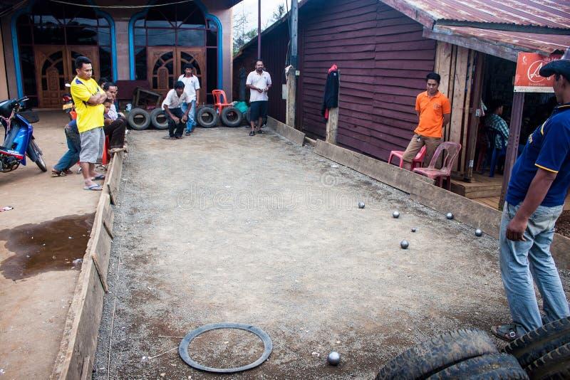 De plaatselijke bewoners spelen petanque stock fotografie