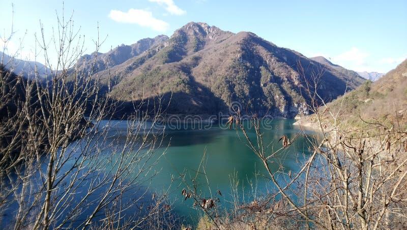 De plaatsen van Navazzo Garda van het bergmeer stock foto's