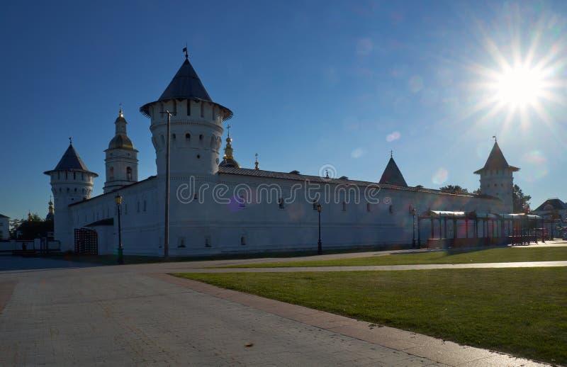 De Plaatsingsbinnenplaats van Tobolsk het Kremlin in zon het backlighting Tobolsk Rusland royalty-vrije stock foto