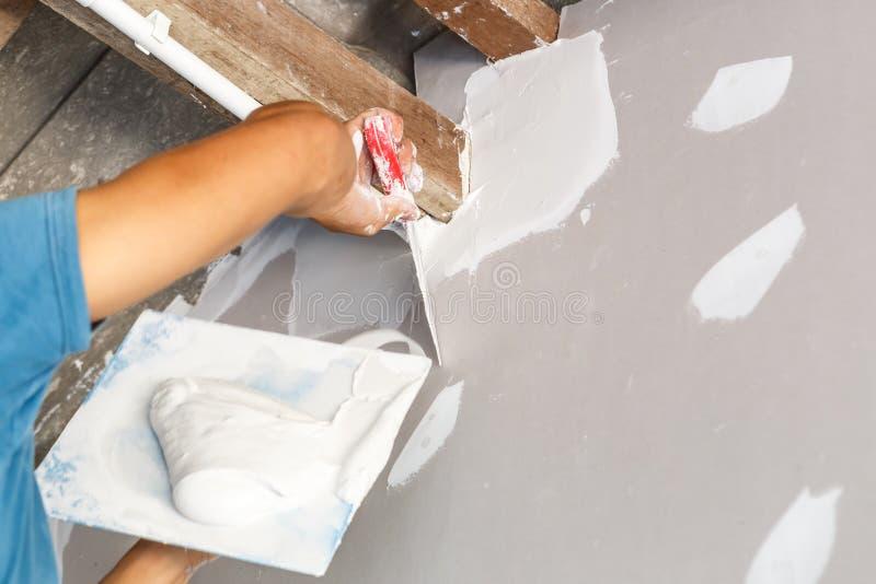 De plafondreparatie voor huis vernieuwt stock afbeelding