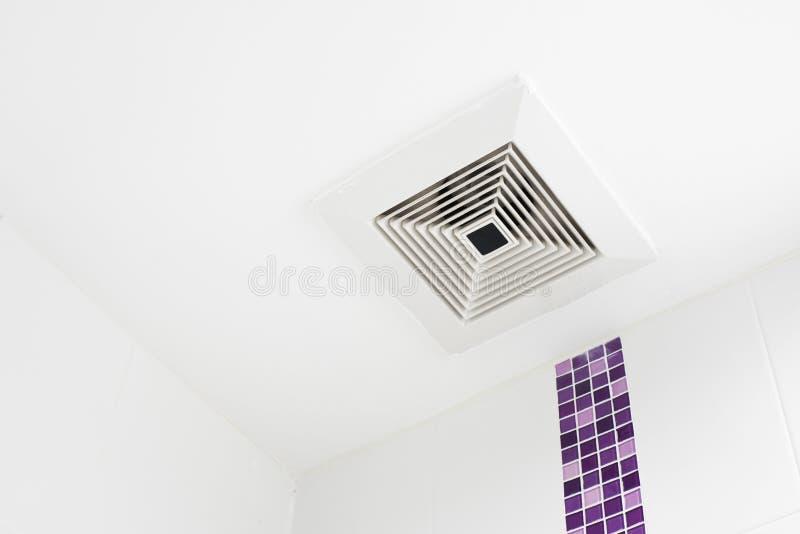 De plafondventilator in de badkamers stock afbeeldingen
