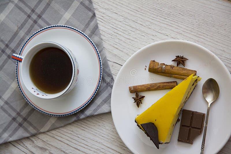 De plak van de mangokaastaart met koffiekop 2 stock fotografie