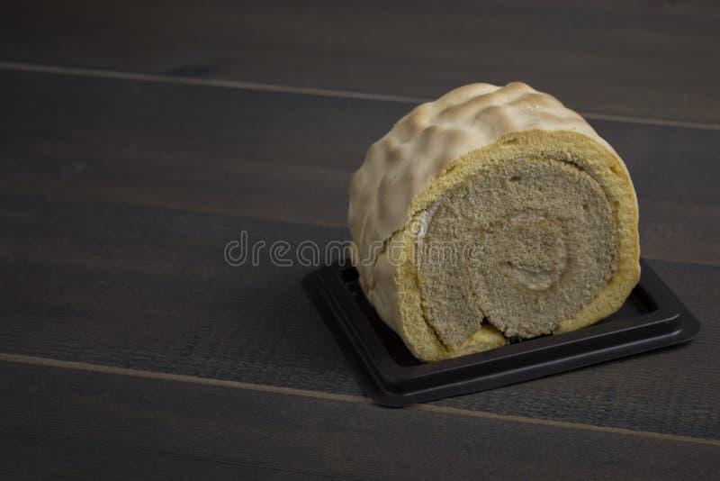 De plak van het room koninginnenbrood op lijsthout royalty-vrije stock afbeelding