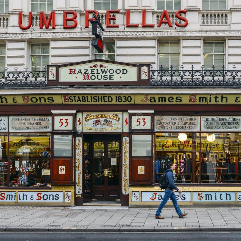 De plak van Victoriaans Londen bloeit op de Straat van Oxford, Londen met de Parapluwinkel van James Smith en van Zonen stock foto's