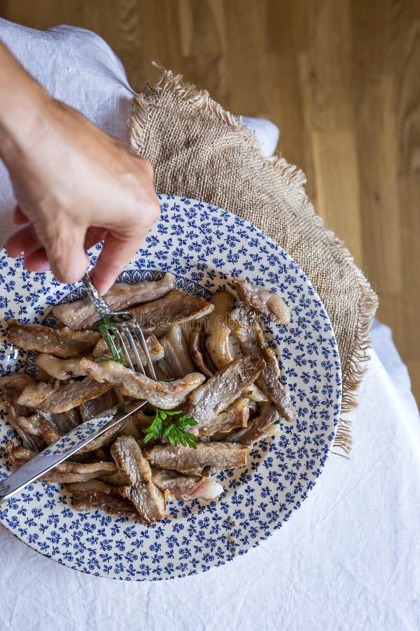 De plakken van het braadstukvarkensvlees met peterselie stock afbeelding