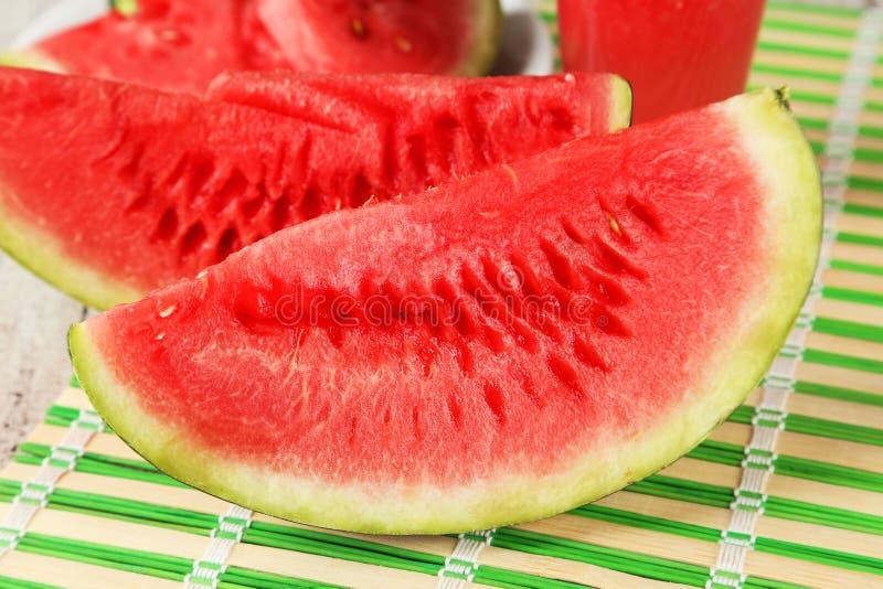 De plakken van watermeloen sluiten omhoog stock afbeeldingen