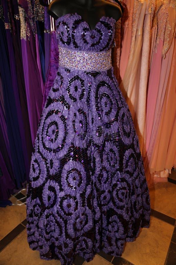 De plakkerige modetrends van de manierindustrie die komen en in purple gaan stock fotografie