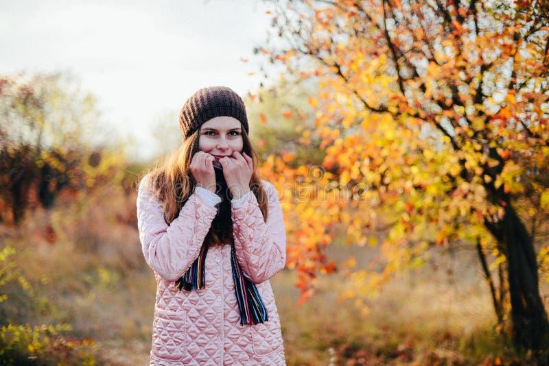 De plan rapproché portrait dehors de jeune femme caucasienne magnifique O photo libre de droits