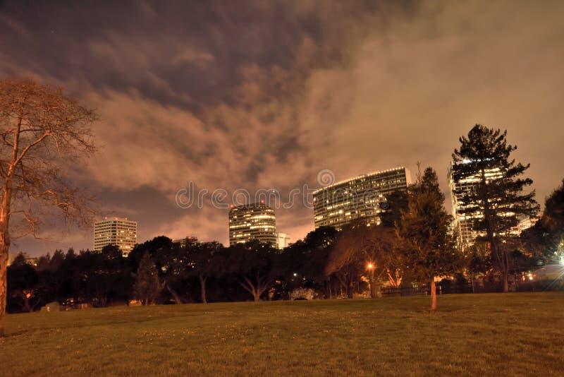 De Planeet Venus In The Night Sky over Oakland Van de binnenstad royalty-vrije stock afbeelding
