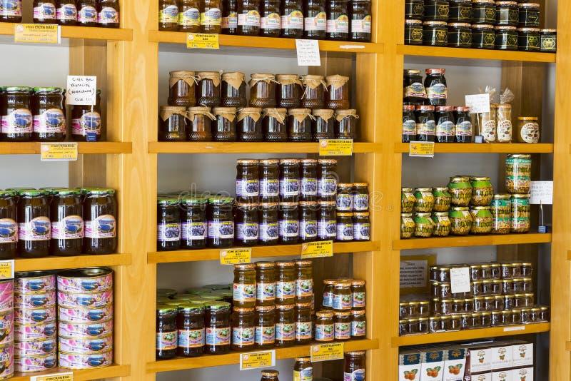 De planken slaan gespecialiseerd voor de verkoop van honingbijpijnboom en bloem op stock afbeeldingen