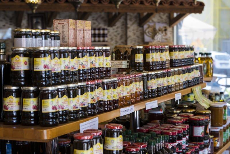 De planken slaan gespecialiseerd voor de verkoop van honingbijpijnboom en bloem op royalty-vrije stock foto