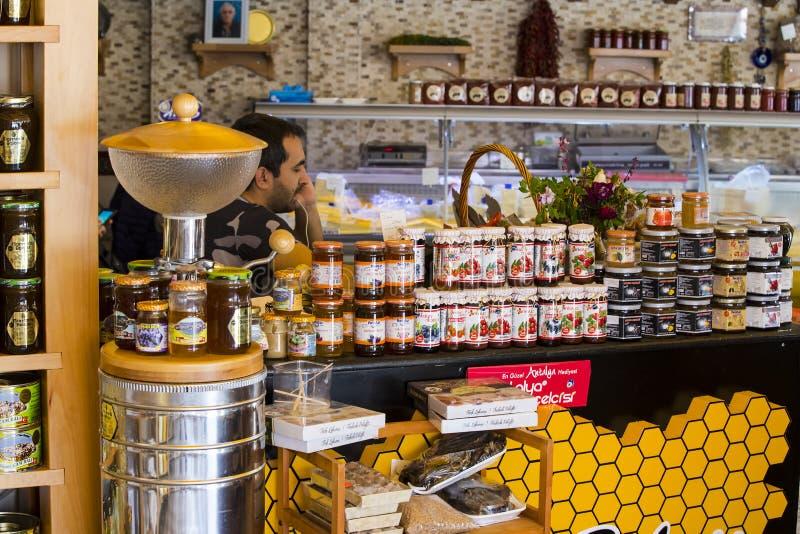 De planken slaan gespecialiseerd voor de verkoop van honingbijpijnboom en bloem op royalty-vrije stock afbeelding