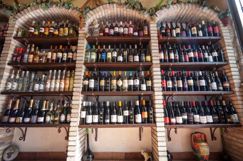 De planken van de wijnopslag Wijnmakerijwinkel stock foto