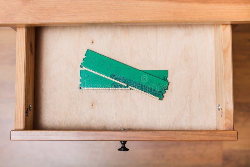 De planken van het computergeheugen in open lade stock foto