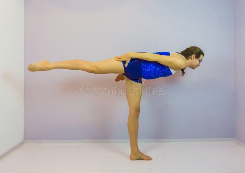 De planksaldo van de sporten acrobatisch gymnastiek arabesque rechtstreeks met gerichte die voeten door een transsexueelmeisje wo royalty-vrije stock fotografie