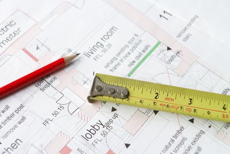 De plannen van het huis met potlood en meetlint stock afbeeldingen