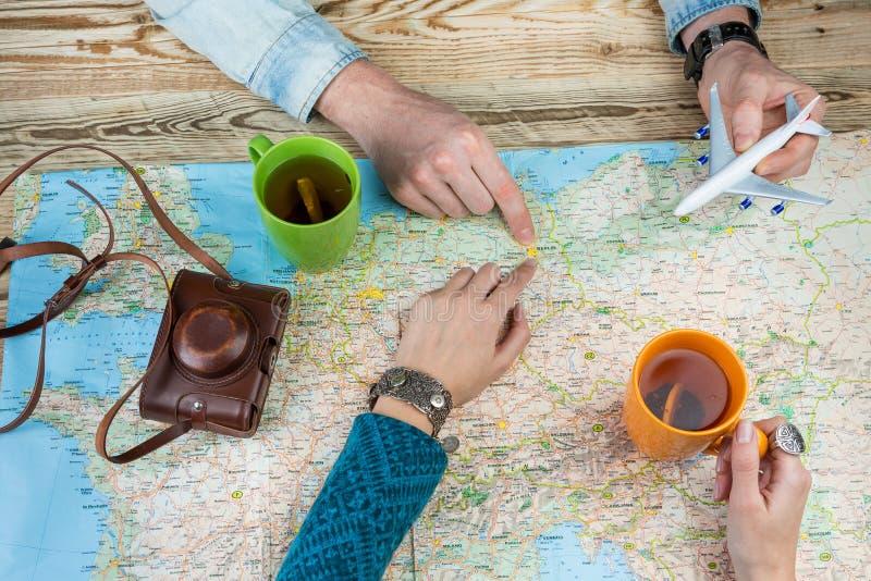 De planning van een reis aan Berlijn, Duitsland Jong paar bij de lijst over de kaart Hoogste mening royalty-vrije stock foto