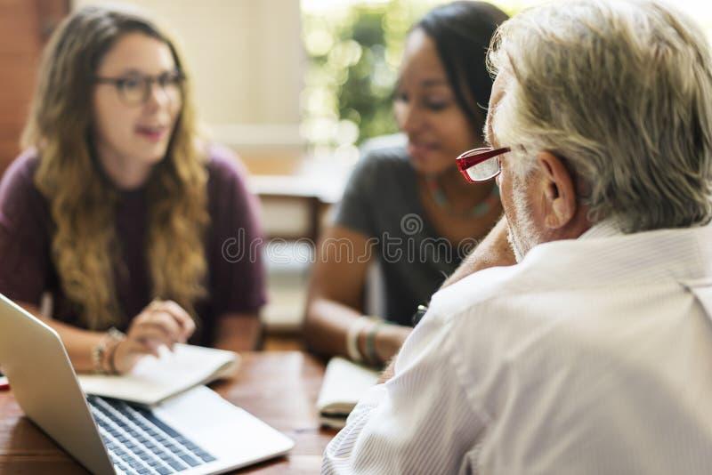 De Planningsconcept van leraarsstudents meeting talking stock foto's