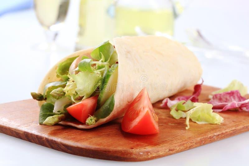 De plantaardige omslag van de saladetortilla stock foto