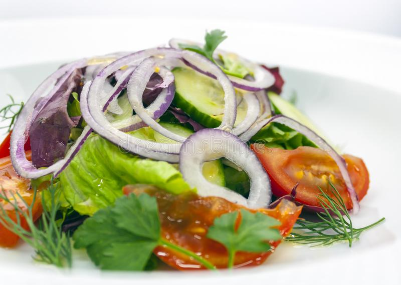 De plantaardige salade van tomaat, komkommer en uiringen, met dille en peterselie, kruidde met olijfolie royalty-vrije stock afbeeldingen