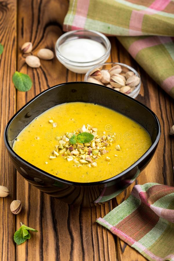 De plantaardige soep, de pompoen, de pistache en de munt van de roomlinze stock foto