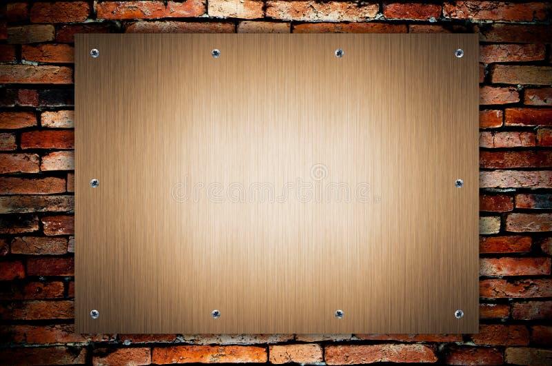 De plaque métallique et vis sur le mur grunge photographie stock libre de droits